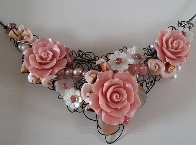 Ketting met edelsteen roosjes