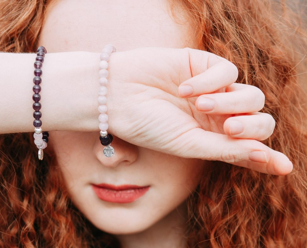 Armbandjes op elastiek - het geheim van de juiste knoop
